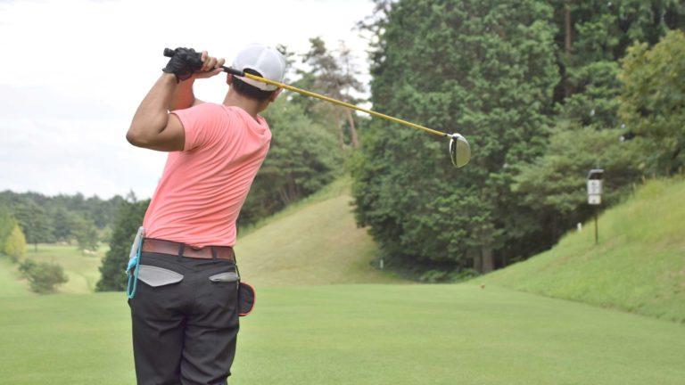 ゴルフのスイングでは自分に合ったリズムを見つけることが重要です